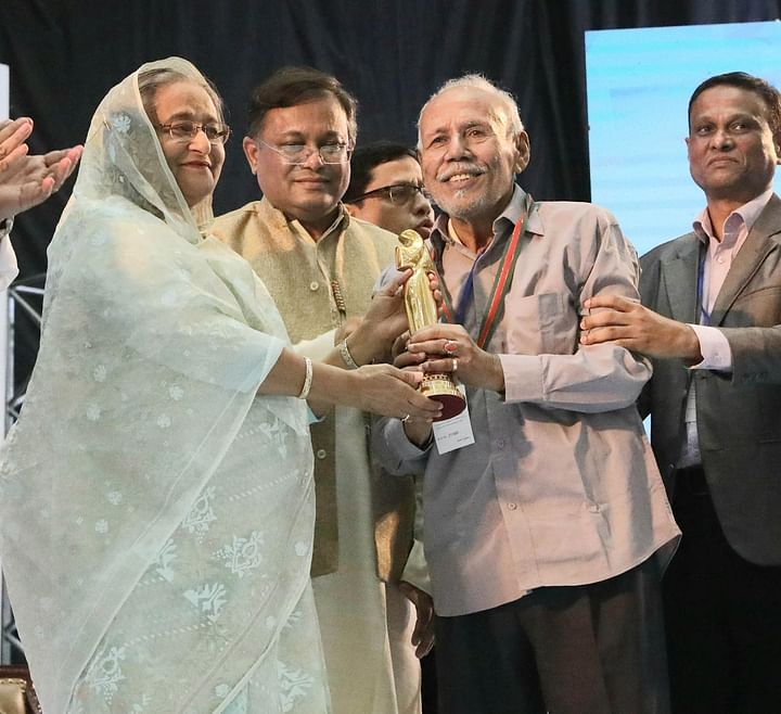 এ টি এম শামসুজ্জামান চলচ্চিত্রজগতে অবদানের জন্য ২০১৭ সালের 'আজীবন সম্মাননা' পুরস্কার গ্রহণ করেন। ছবি: ফোকাস বাংলা