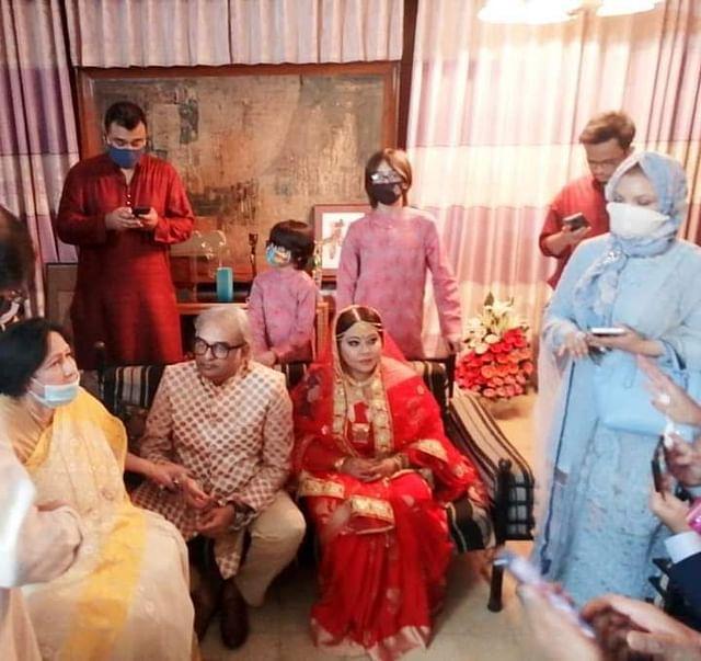 পরিবারের সদস্যদের সঙ্গে বিয়ের অনুষ্ঠানে রেজা আমিন ও শমী কায়সার