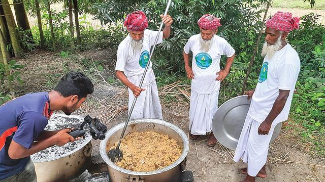 শিমুলিয়া গ্রামে রান্না করছেন ভিলেজ গ্র্যান্ডপা'স কুকিং চ্যানেলের তিন দাদু