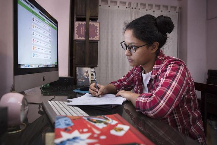 বাংলাদেশে স্কুল বন্ধ থাকায় দূরশিক্ষণের অংশ হিসেবে ১৭ বছর বয়সী অগ্নিদ্রোহী স্পন্দন অনলাইনে পরীক্ষা দিচ্ছে