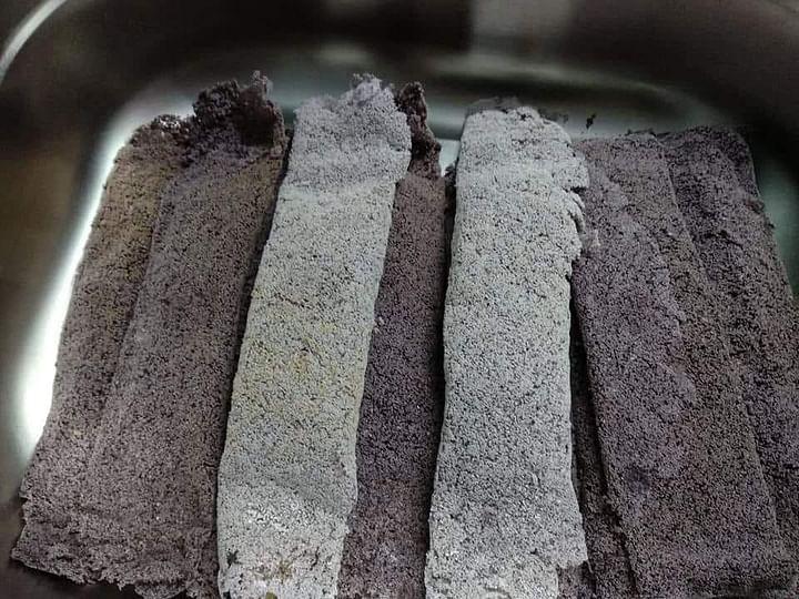 মারমা সম্প্রদায়ের ঐতিহ্যবাহী পিঠা 'ছেছমাহ্ মুহ্' পাওয়া যাবে সিএইচটি এক্সপ্রেসে