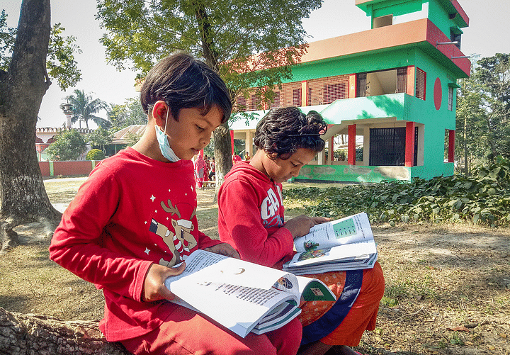 নতুন বই হাতে পেয়ে খুশিতে মাতোয়ারা শিক্ষার্থীরা। আজ বেলা সাড়ে ১১টার দিকে ফরিদপুর সদরের চরমাধবদিয়া সরকারি প্রাথমিক বিদ্যালয় প্রাঙ্গণে
