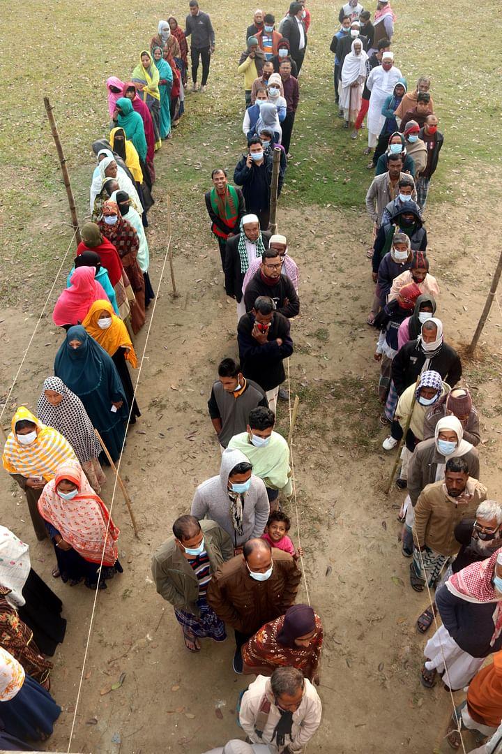কুমিল্লা চান্দিনা পৌরসভা নির্বাচনে নারী পুরুষ ভোটারদের দীর্ঘ লাইন। শনিবার সকাল সাড়ে ৮টায় বড় গোবিন্দপুর আলী মিয়া ভূঁইয়া উচ্চ বিদ্যালয় কেন্দ্রে