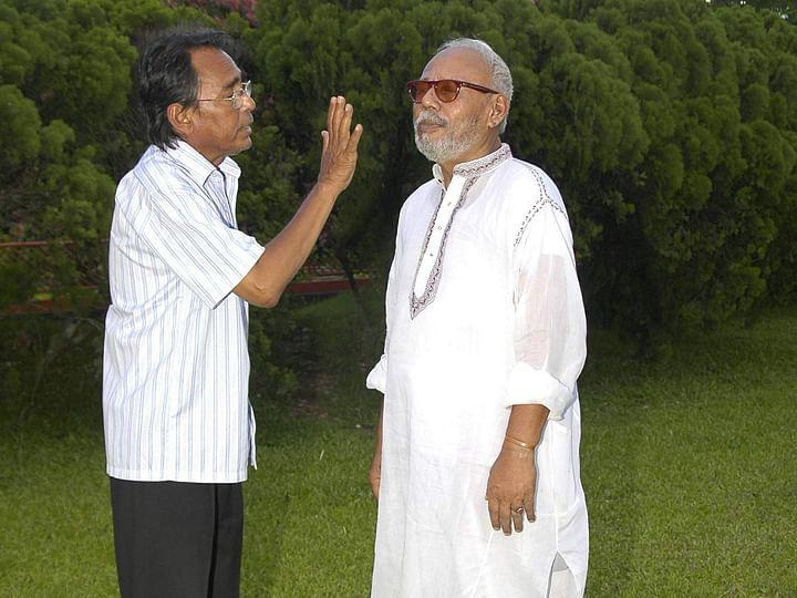 সহশিল্পী প্রয়াত হুমায়ুন ফরীদির সঙ্গে এ টি এম শামসুজ্জামান। ছবি: প্রথম আলো