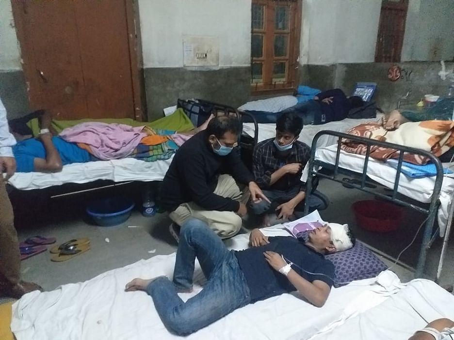 পরিবহন শ্রমিকদের হামলায় আহত বরিশাল বিশ্ববিদ্যালয়ের আহত শিক্ষার্থীদের গতকাল মঙ্গলবার গভীর রাতে শের-ই-বাংলা মেডিকেল কলেজ হাসপাতালে ভর্তি করা হয়