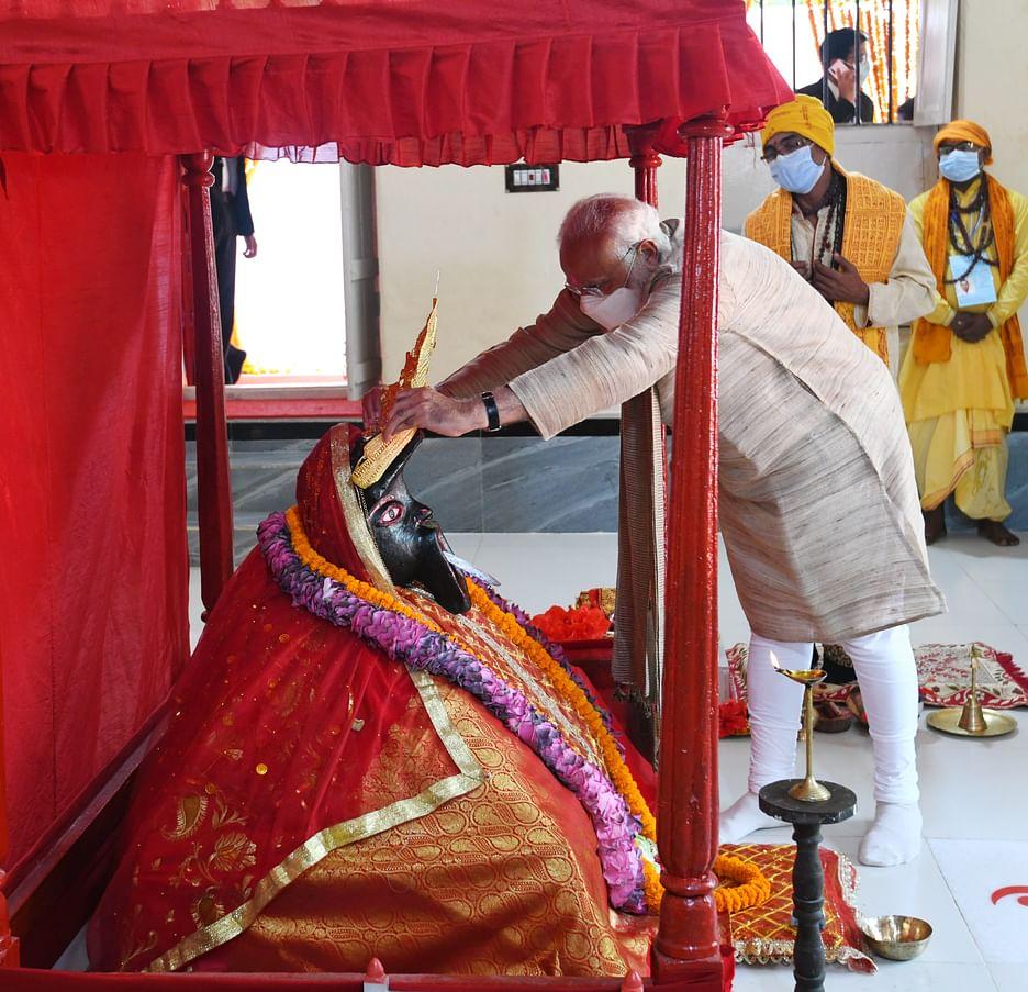 Narendra Modi krönt das Idol bei Jessoreshwari Kali Mandir