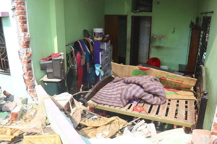 বিস্ফোরণে উড়ে গেছে কক্ষটির দেয়াল। আজ শুক্রবার সকালে নারায়ণগঞ্জের পশ্চিম তল্লার জামাইবাজার এলাকায়