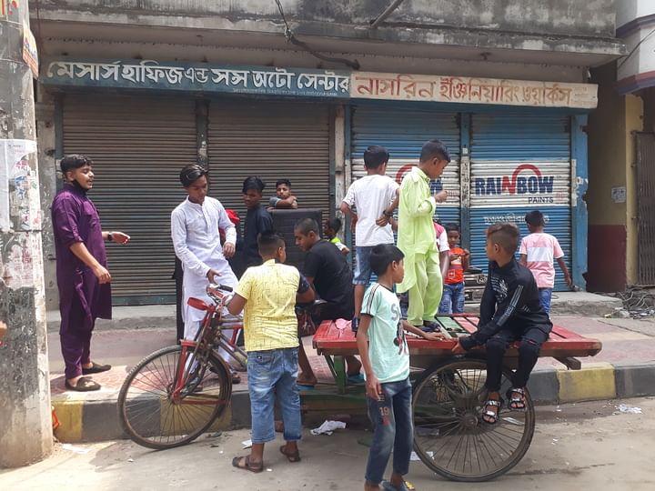 দল বেঁধে ঘুরতে বের হয়েছে শিশুরা। দয়াগঞ্জ থেকে তোলা