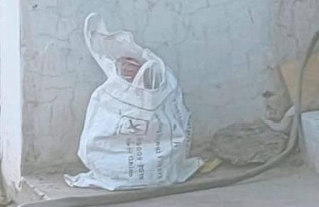 সিদ্ধিরগঞ্জের সাইনবোর্ড এলাকায় ট্রাফিক পুলিশ বক্সের সামনে কে বা কারা প্লাস্টিকের ব্যাগে করে বোমা রেখে যায়। আজ সোমবার বিকেলে