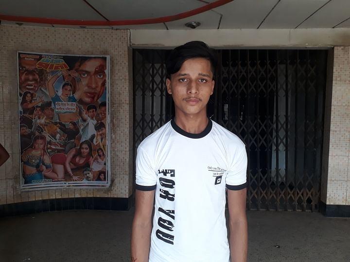 হবিগঞ্জের কিশোর ইসমাইল দোলাইরপাড়ে সিনেমা দেখতে এসেছে