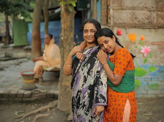 মা মোমেনা চৌধুরীর সঙ্গে নভেরা রহমান। 'রিকশা গার্ল' সিনেমার সেট থেকে তোলা