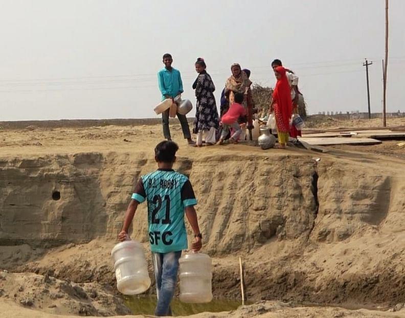 আশ্রয়ণ প্রকল্পের বাসিন্দাদের পানি আনতে যেতে হয় দুই–তিন কিলোমিটার দূরে