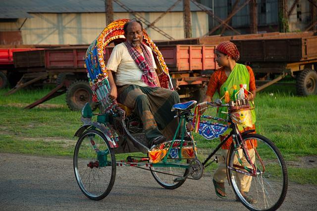'রিকশা গার্ল' চলচ্চিত্রের দৃশ্যে নরেশ ভূঁইয়া ও নভেরা রহমান