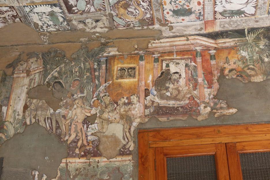 গুহার ভিতরের দেয়াল ও ছাড়ের আঁকা ছবি
