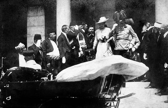 আর্চডিউক ফ্রাঞ্জ ফার্দিনান্দ ও তাঁর স্ত্রী সোফি খুন হওয়ার কিছুক্ষণ আগের ছবি