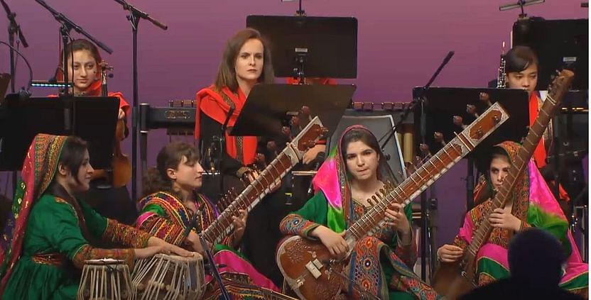 আফগানিস্তান ন্যাশনাল ইনস্টিটিউট অব মিউজিকে আফগান শিক্ষার্থীরা। তালেবানদের ক্ষমতাদখলের পর স্কুলটি এখন বন্ধ