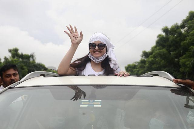 গাজীপুরের কাশিমপুর কারাগার থেকে মুক্তির পর চিত্রনায়িকা পরীমনি। আজ বুধবার সকালে
