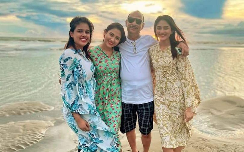 বাবার সঙ্গে কক্সবাজারে মেহজাবীন ও তাঁর দুই বোন