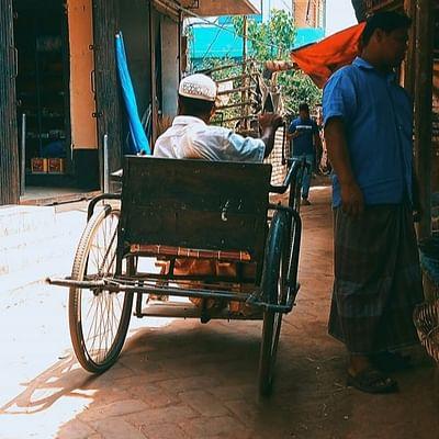 দুই পা অচল। তবু তিন চাকা নিয়ে পরিবারের মুখে অন্ন জোগানের আশায় পথে বের হয়েছেন তিনি। আদমদীঘি, বগুড়া, ৩ এপ্রিল