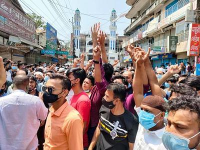 চাঁদপুরে দোকান খোলা রাখার দাবিতে আজ সোমবার দুপুর ১২টা পর্যন্ত বিক্ষোভ করেন হকার্স মার্কেট ব্যবসায়ীরা