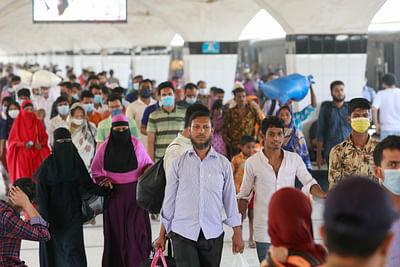 যাত্রীদের কেউ কেউ ব্যবহার করছেন না মাস্ক। কমলাপুর রেলওয়ে স্টেশনে