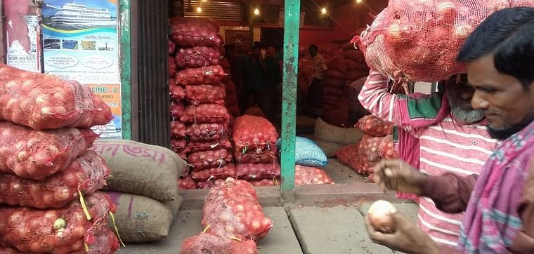 Onion prices cooling down in Hili land port. UNB File Photo