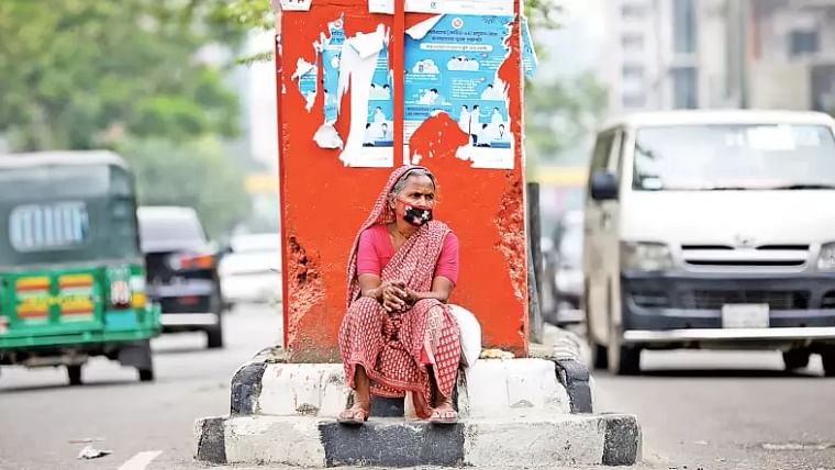 A woman waits for relief at Science Laboratory intersection in Dhaka on 7 May, 2020.